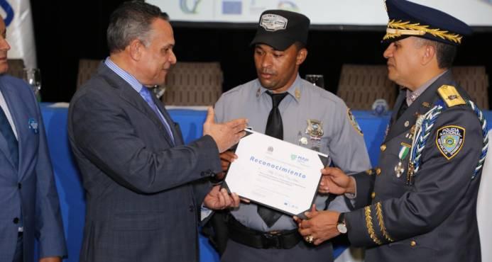 """El sargento mayor Micky de la Cruz es reconocido como el """"Mejor Policía del Año"""""""