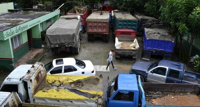 Detienen camiones por transportar arena