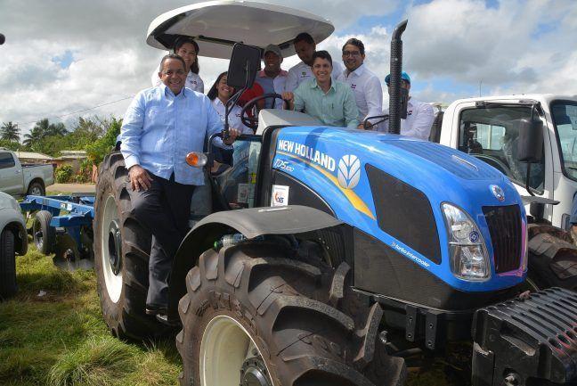 Rápida respuesta: Gobierno entrega un camión y un tractor a productores de piña de Don Juan
