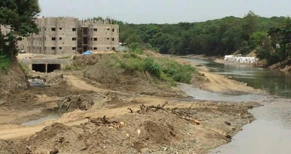 Se inundan apartamentos hechos por el gobierno encima de un río en La Vega