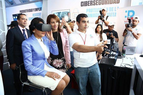 Primera Dama recorre pabellón de República Digital; dice es impresionante avance tecnológico vive el país