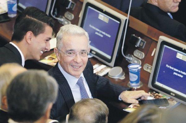 Uribe renuncia a su curul en Senado