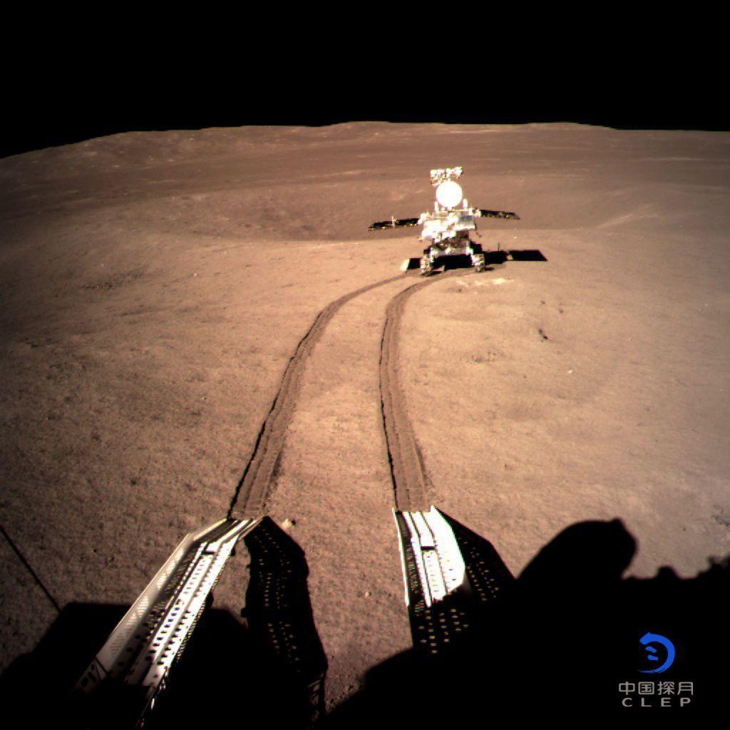 Las primeras huellas de China en la Luna: el robot 'Yutu 2' comienza a explorar su cara oculta