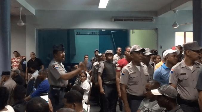 Decenas oficiales de la Policía Nacional protestan porque no fueron ascendidos