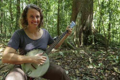 Donde la ciencia y la música se encuentran: una banjista escucha las canciones de los saltamontes