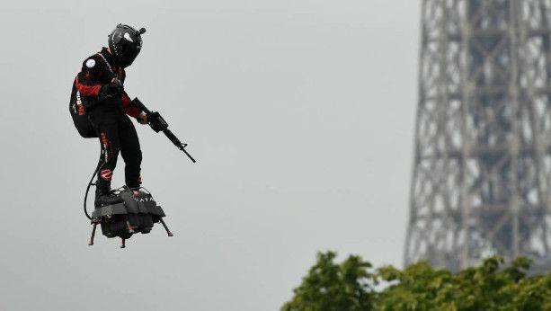Un 'hombre volador', la estrella del desfile del 14 de julio en los Campos Elíseos