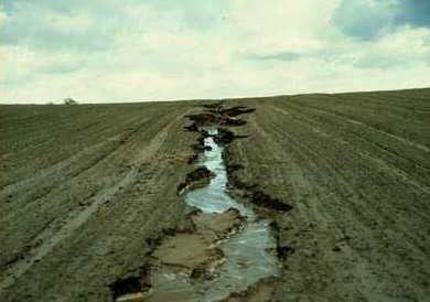 Métodos tradicionales con barro para frenar la erosión