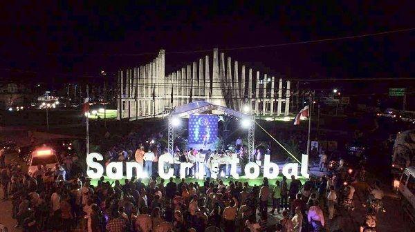Alcaldía Municipal y Cámara de Comercio inauguran el identificador de San Cristóbal, cuna de la Constitución
