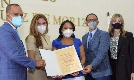 ADN otorga reconocimiento a Ely Encarnación en ocasión del Día Nacional de la Juventud