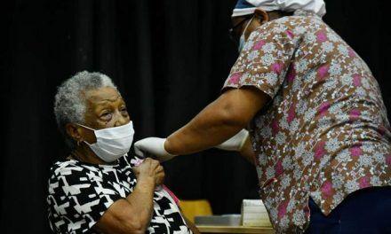 Adultos sienten la vacuna como una inyección de vida