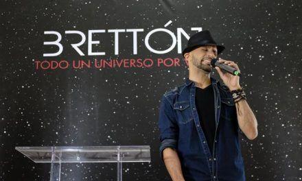 El cantautor santiaguero Brettón celebra «Todo un universo por vivir»