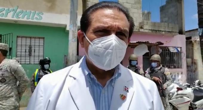 """Ministro de Salud: """"Los extranjeros que están viviendo permanentemente tienen derecho a su vacunación"""""""
