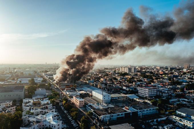 Incendio afecta colchonería en el Ensanche La Fe