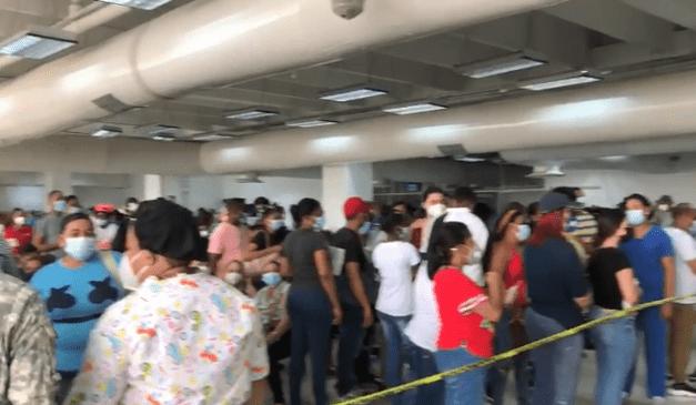 Cientos de adolescentes acuden a centros de vacunación para recibir primera dosis con Pfizer