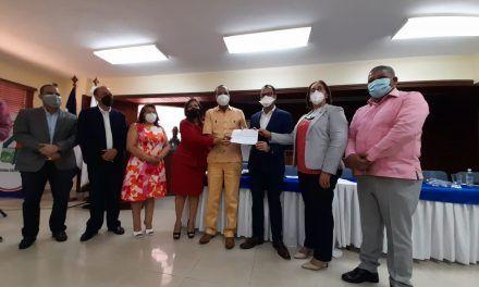 Alcaldía de San Cristóbal recibe del gobierno RD$90 millones para mercado y cementerio