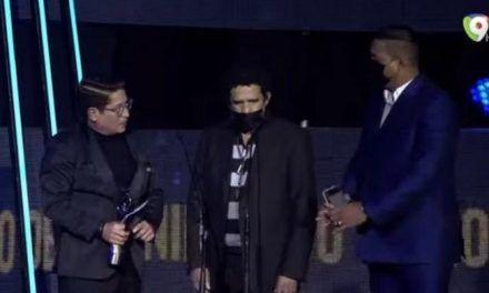 Hombre se «cuela» en Premios Soberano y sube al escenario para enviarle un mensaje a su amor platónico