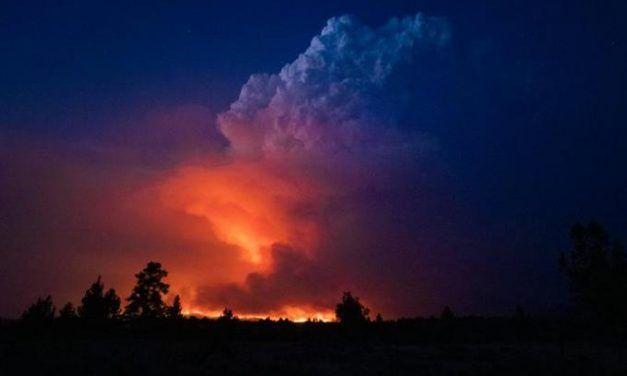 Crece enorme incendio forestal en Oregon