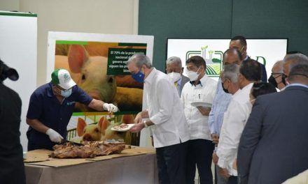 Abinader degusta carne de cerdo y llama a consumirla