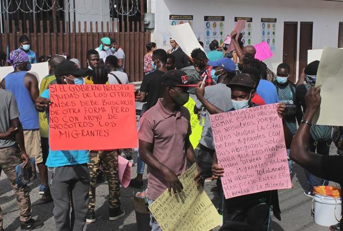 Haitianos marchan en el sur de México y piden agilizar trámites migratorios