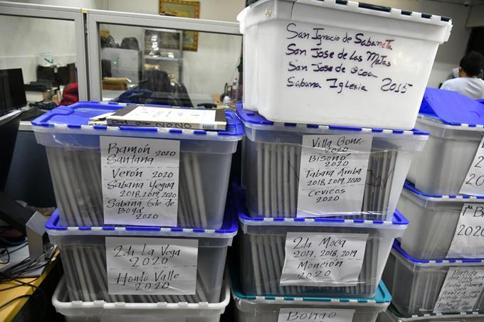 Las actas de los dominicanos están apiñadas en cajas plásticas
