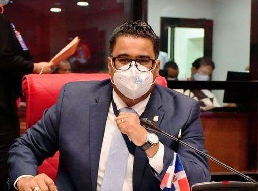 Senador Rodríguez solicita reducción impuestos a boletos aéreos