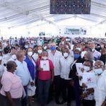 Abinader entrega 985 títulos de propiedad a familias de Nigua