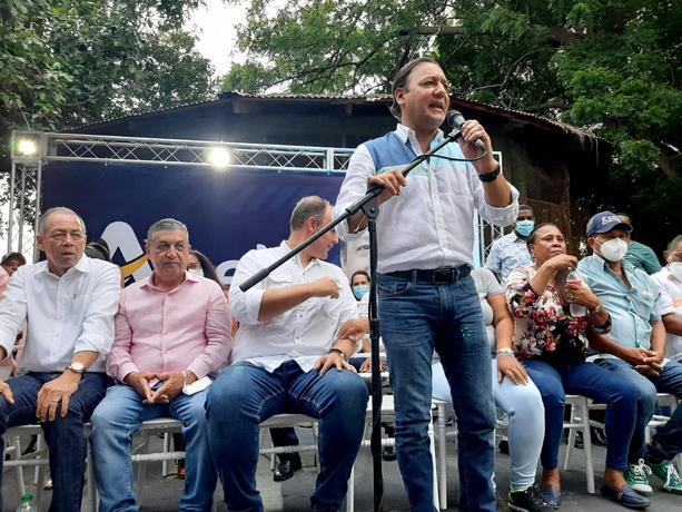 """Abel Martínez: """"Cada día el pueblo se da cuenta del gancho en que cayó con el PRM"""""""