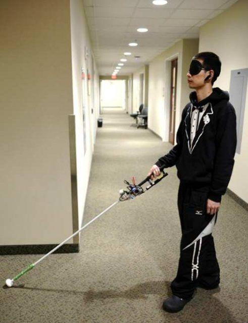Bastón robótico y con cámara 3D para guiar a personas invidentes
