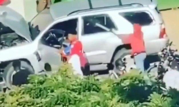 Motoristas destruyen jeepeta tras conductor presuntamente atropellar a un compañero