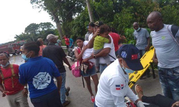 Once personas resultan heridas al volcarse un autobús en Sabana de la Mar