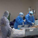 Las clínicas de la capital disponían este sábado del 49% de sus camas de UCI para pacientes con Covid-19 y las de Santiago el 45%